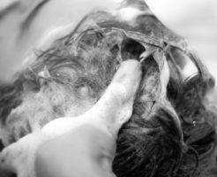 頭皮を洗うシャンプー